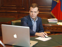 Президент РФ Дмитрий Медведев за компьютером